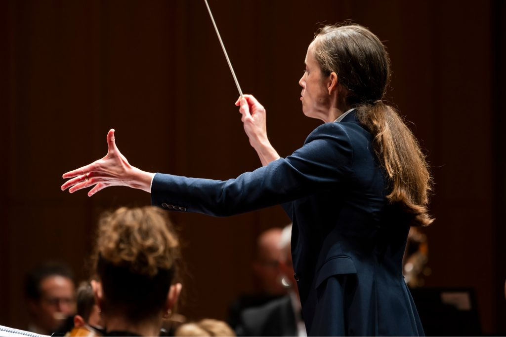 Jessica Cottis conducting the Canberra Symphony Orchesta